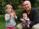 Petr Hannig se svými vnoučátky