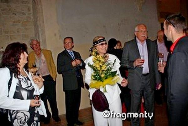Své 70. narozeniny slavil Milan Knížák v prostorách starobylého Anežského kláštera za účasti prezidenta republiky Václava Klause a mnoha významných osobností. Dáma s kyticí je Marie Knížáková.