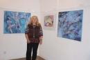 Zdenka Marschalová před svými obrazy