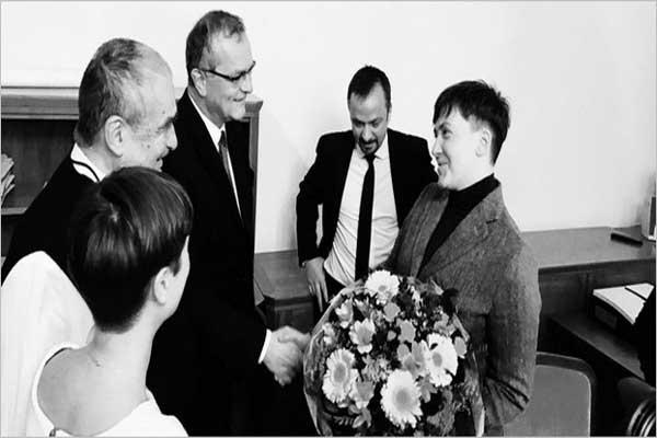 Vraždící vlastenka Sevčenková v kruhu svých obdivovatelů z TOP 09