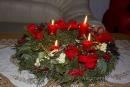 Adventní věnec je holdem Ježíši Kristu. Rozlévající se světlo z hořících svící vyjadřuje přicházejícího Krista, který rozptyluje temnotu a strach, neboť on je